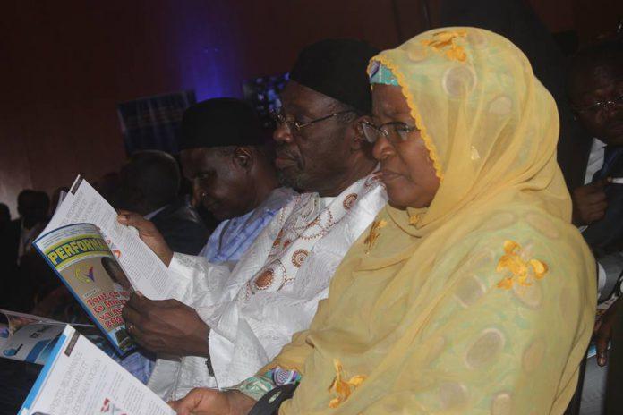 Des membres du gouvernement lisent Performances des Postes et Télécoms